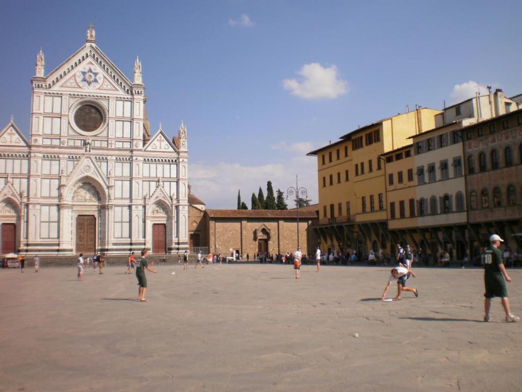 Frisbee pre verejnosť na námestí pred bazilikou.